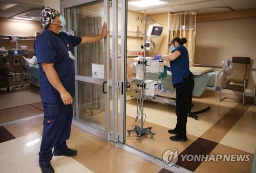 3월 30일(현지시간) 미 캘리포니아주 애플밸리의 프로비던스 세인트메리 의료센터에서 간호사들이 중환자실을 정비하고 있다. [AFP=연합뉴스]