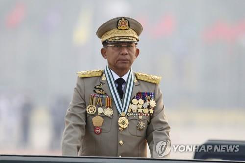 군사 퍼레이드 사열하는 흘라잉 미얀마군 최고사령관 [AP=연합뉴스 자료사진]