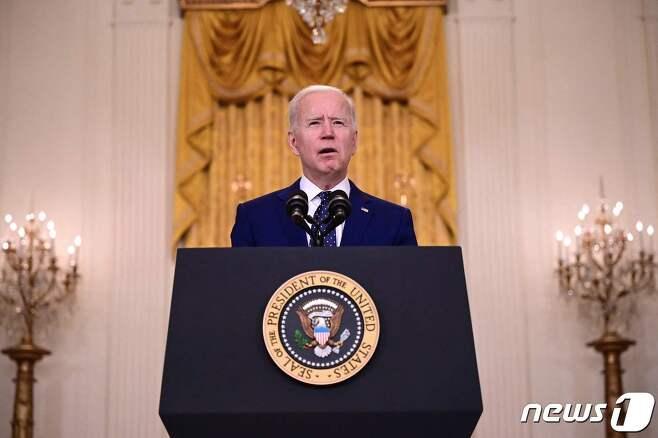 조 바이든 미국 대통령이 15일(현지시간) 워싱턴 백악관에서 대선 개입 혐의와 사이버 해킹 사건에 연루된 혐의로 외교관 10명을 추방하는 등 러시아에 대한 첫 제재를 발표하는 연설을 하고 있다. © AFP=뉴스1 © News1 우동명 기자
