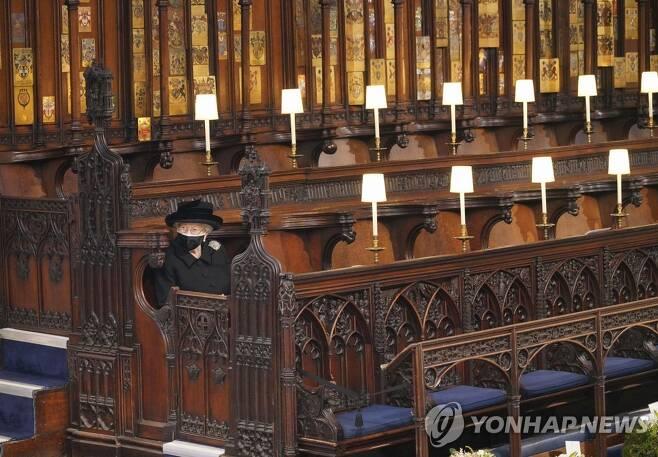 장례식에 홀로 앉은 엘리자베스 2세 여왕 [AP=연합뉴스]