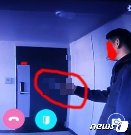 양주시 옥정신도시의 한 아파트에서 아래층에 사는 남성이 윗집으로 찾아가 흉기로 협박하는 모습. (사진=인터넷 커뮤니티 등) ©뉴스1