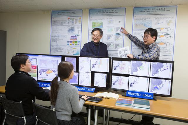 대전 유성구 한국원자력연구원에서 연구원들이 자체 개발한 해양확산모델 프로그램을 보며 이야기를 나누고 있다. 원자력연 제공