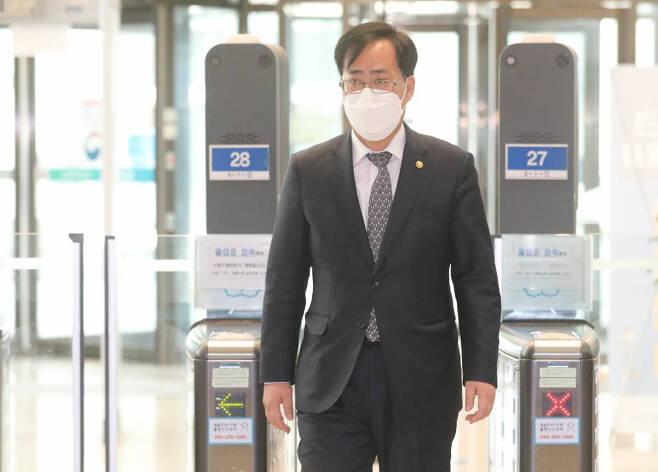 박준영 해양수산부 장관 후보자(현 차관)가 19일 오전 정부세종청사에 출근하고 있다. /사진=뉴시스