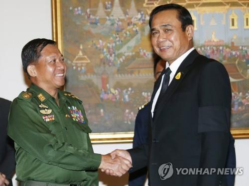 약 4년 전 악수하는 민 아웅 흘라잉(왼쪽)과 쁘라윳 짠오차 총리 민 아웅 흘라잉(왼쪽) 미얀마군 최고사령관과 쁘라윳 짠오차 태국 총리.2017.8.30 (자료사진)  [EPA=연합뉴스]