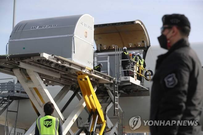 인천공항 도착한 화이자 백신 [연합뉴스 자료사진]