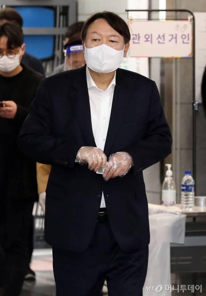 윤석열 전 검찰총장이 지난 2일 서울 서대문구 남가좌1동 주민센터에 마련된 서울시장 보궐선거 사전투표소에 들어서고 있다. /사진=이기범 기자 leekb@