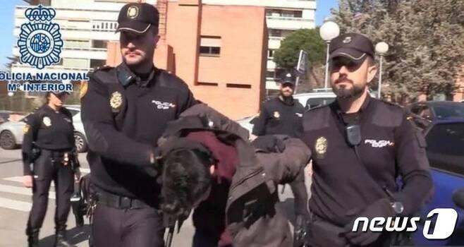 경찰에 연행되는 고메스 - 스페인 경찰 배포