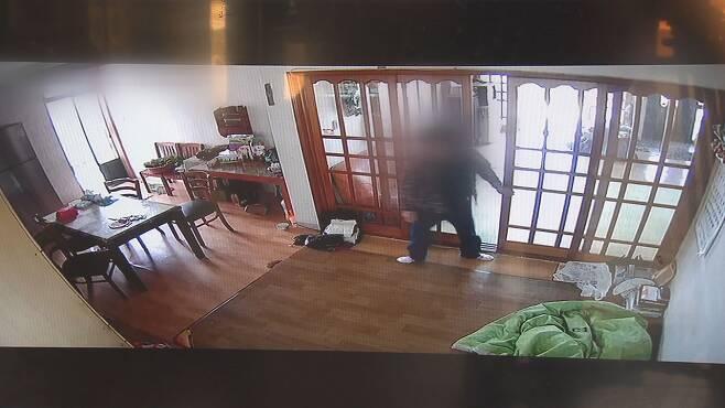 50대 남성이 농촌 빈집에 침입해 물건을 훔치고 방화를 저지른 뒤 현장을 빠져나가는 장면