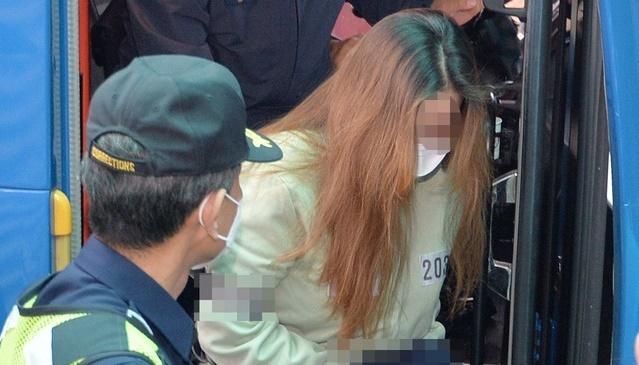 '구미 3세 여아 사망 사건' 친모 석모(48)씨가 22일 대구지법 김천지원에서 열리는 첫 공판에 출석하기 위해 법정으로 향하고 있다. 뉴시스