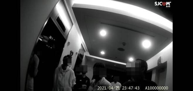 21일 집합금지 명령을 위반하고 영업을 하던 유흥업소에서 적발된 손님과 종업원 등이 이 건물 12층에 숨어 있다 경찰에 적발된 모습. 수서경찰서 제공