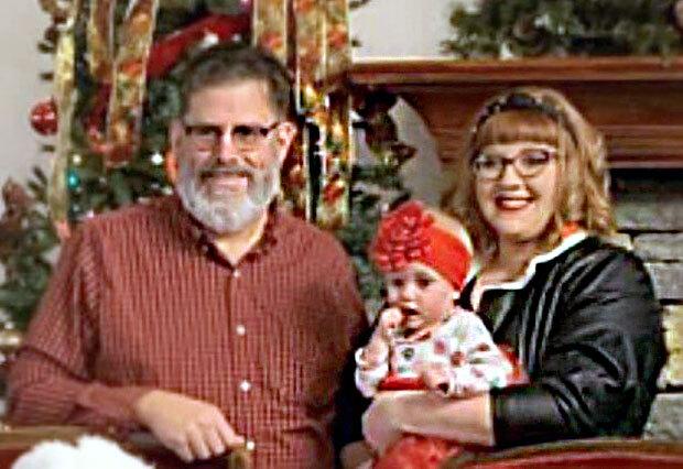 미국 켄터키 해로즈버그에 사는 제프 퀴글(60)과 에리카 퀴글(31)은 의붓시아버지와 며느리 사이로 만나 2018년 8월 결혼에 골인했다.