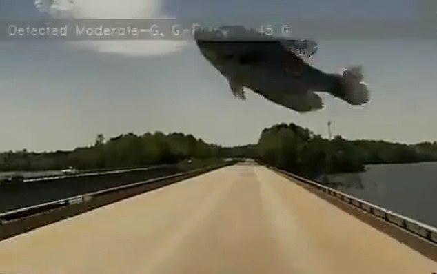 고속도로 달리던 트럭 앞유리와 물고기 충돌…블랙박스 영상 보니