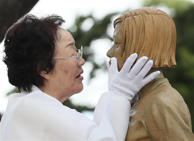 2019년 8월 14일 소녀상을 어루만지는 이용수 할머니의 모습. 서울신문DB