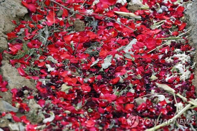 묘지 덮은 꽃 [EPA=연합뉴스]