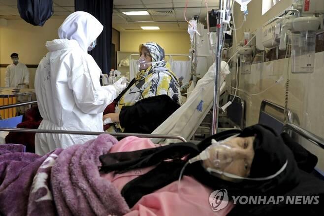 코로나19 환자 돌보는 이란 의료진들 [AP=연합뉴스]