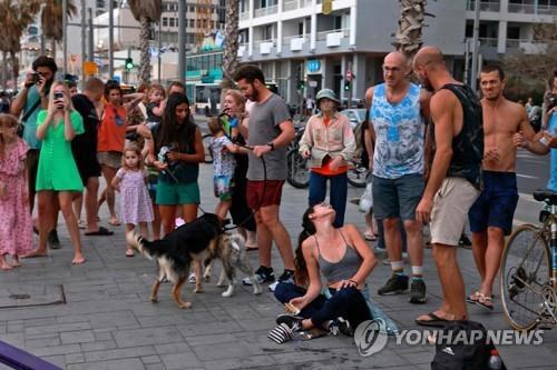 마스크 벗고 외출한 텔아비브 주민들 [AFP=연합뉴스 자료사진]