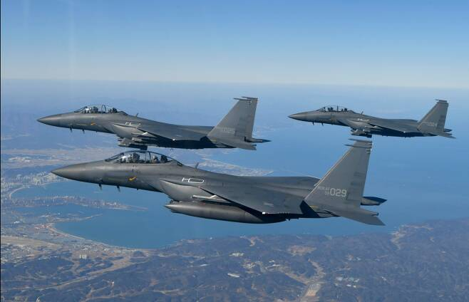 2021년2월 설 연휴를 앞두고 이성용 공군참모총장이 탑승한 F-15K 편대가 포항 상공을 비행하고 있다.  공군 주력전투기인 F-15K 59대 성능개량 비용이 4조600억원에 달하는 것으로 알려져 논란이 일고 있다. /공군