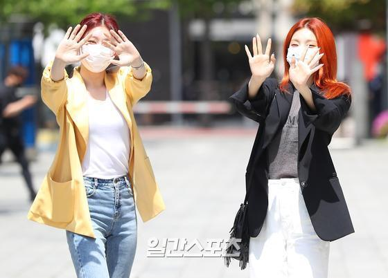 Group ITZY Chaeryeong and Yezi pose at Power FM Choi Hwa-jungs Power Time held at SBS in Mok-dong, Yangcheon-gu, Seoul on the afternoon of the 3rd.05. 03/Copyrightsc, JTBC Content Hub Co., Ltd. All Rights Reserved.
