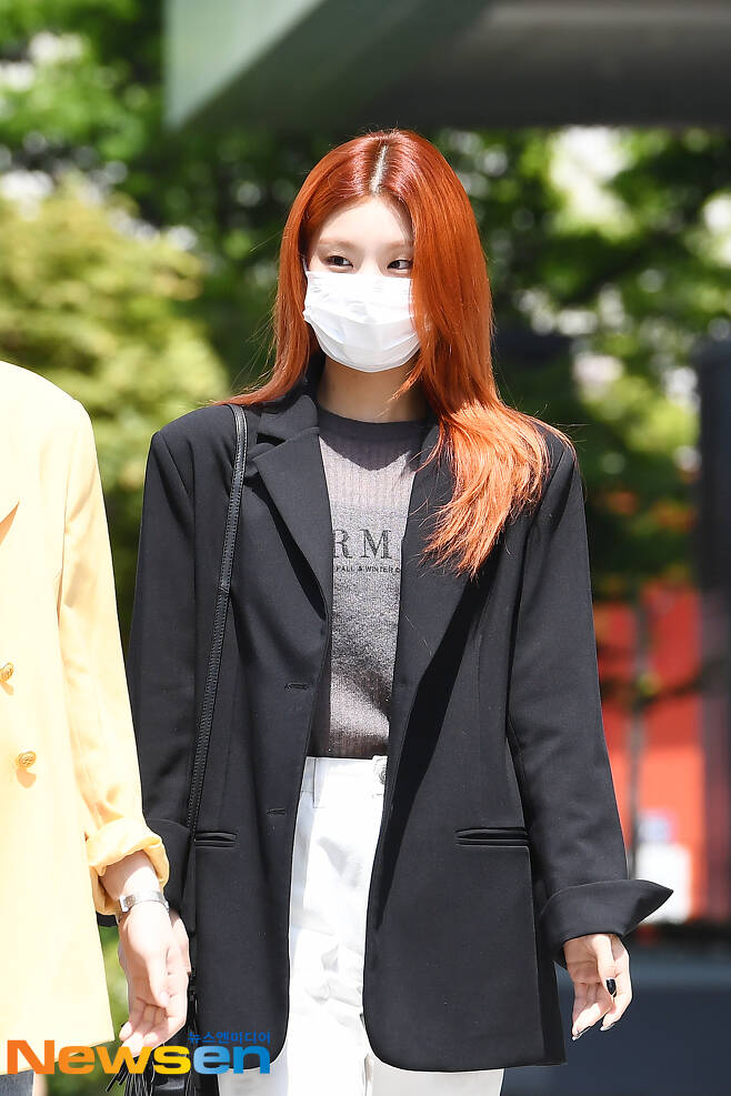 ITZY members Yezi, Lia, Ryujin, Chaeryeong and Yuna attended the SBS Power FM Choi Hwa-jungs Power Time radio schedule held at SBS Mok-dong, Yangcheon-gu, Seoul on the afternoon of May 3.ITZY (ITZY) member Yezi is entering the station.