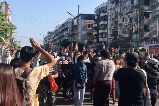 지난 2일 시민들이 미얀마 양곤 한 거리에서 군부 독재에 항의하는 민주화 운동을 벌이고 있다. 〈사진=로이터 연합뉴스〉