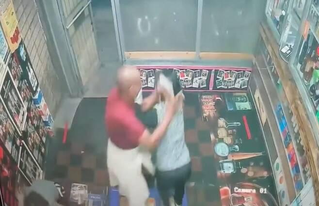 2일 미국 메릴랜드주(州) 볼티모어의 한인 운영 주류매장에 괴한이 침입해 주인에게 공격을 가하는 상황을 담은 CCTV 영상/볼티모어 지역방송 'WJZ'