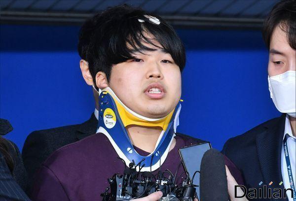 성 착취물을 제작·유포한 혐의를 받는 조주빈이 지난해 4월 서울 종로구 종로경찰서에서 검찰로 송치되고 있다. ⓒ데일리안 홍금표 기자