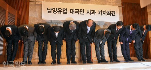2013년 5월 9일 서울 중구 브라운스톤 LW컨벤션센터에서 김웅(오른쪽 다섯 번째) 남양유업 대표와 임직원들이 '영업직원 막말 음성파일'로 불거진 강압적 영업행위에 대해 고개 숙여 사과하고 있다. 김주영 기자