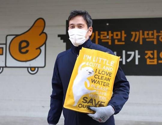 플로깅 운동에 동참한 정용진 구단주(사진=정용진 부회장 SNS)