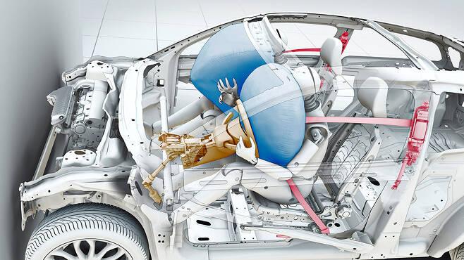 에어백은 안전벨트를 제대로 매야 안전하다. 더미를 이용한 안전테스트 장면.  /사진=볼보