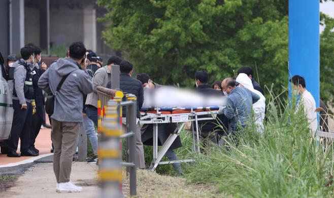 지난달 30일 오후 서울 반포한강공원 인근 한강에서 구조대원들이 실종 엿새 만에 숨진 채 발견된 대학생의 시신을 수습하고 있다. ⓒ연합뉴스