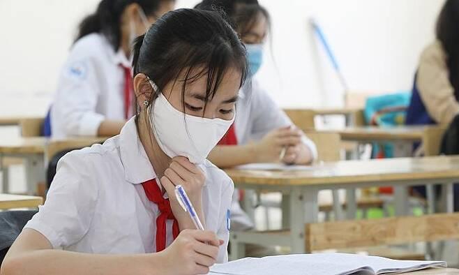 하노이의 한 중학교에서 마스크를 쓰고 있는 학생 [VN익스프레스 사이트 캡처. 재판매 및 DB 금지]