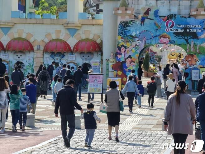 어린이날인 5일 이른 오전부터 개장시간에 맞춰 아이들과 함께 찾은 시민들로 오월드 정문 앞이 북적이고 있다. © 뉴스1
