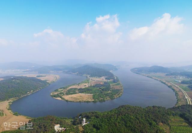 무안 몽탄면 느러지마을은 영산강 물줄기가 빚은 한반도 지형이다. 강 건너 나주 동강면 몽송마을에 전망대가 있다.