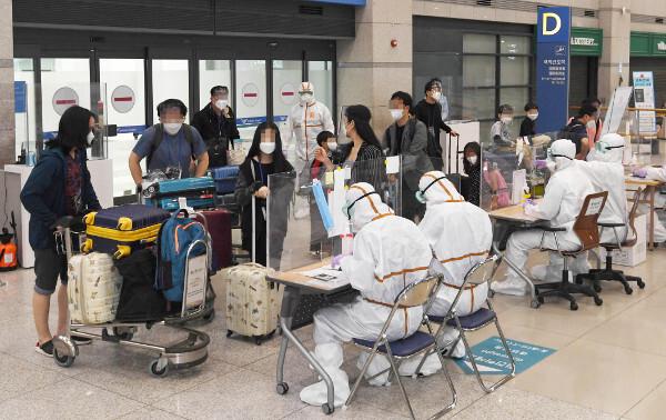 코로나19 확산세가 심각한 인도 첸나이에서 온 교민들이 4일 인천국제공항 제1여객터미널 입국장에 도착하고 있다. 이날 입국한 교민은 총 173명이다. 오는 7일에는 벵갈루루에서 교민 211명이 추가로 귀국한다. 인도 교민들은 입국 후 총 14일간 격리생활을 하면서 국내에서 세 차례 진단검사를 받게 된다. 인천공항=최현규 기자