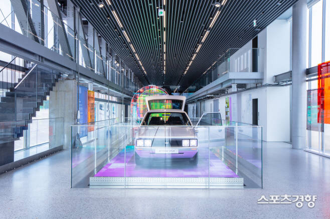 현대모터스튜디오 부산 1층 로비에 전시돼 있는 '현대 포니 헤리티지 시리즈 컨셉트'. 포니를 그대로 해석한 전기차다. 전 세계에서 단 한대다.