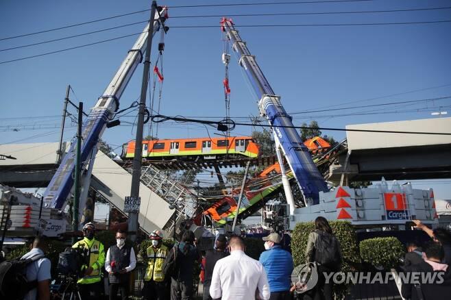 4일 오전 사고 열차 들어올리는 크레인 [로이터=연합뉴스]