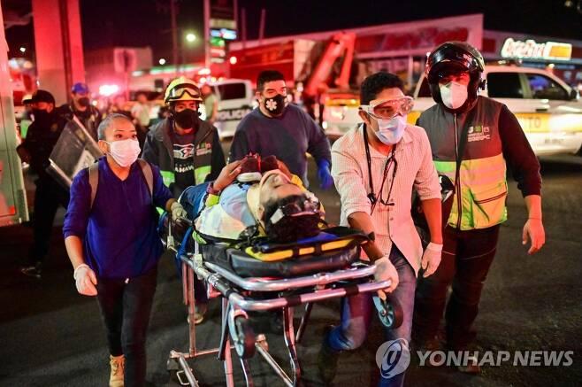병원으로 이송되는 부상자 [AFP=연합뉴스]