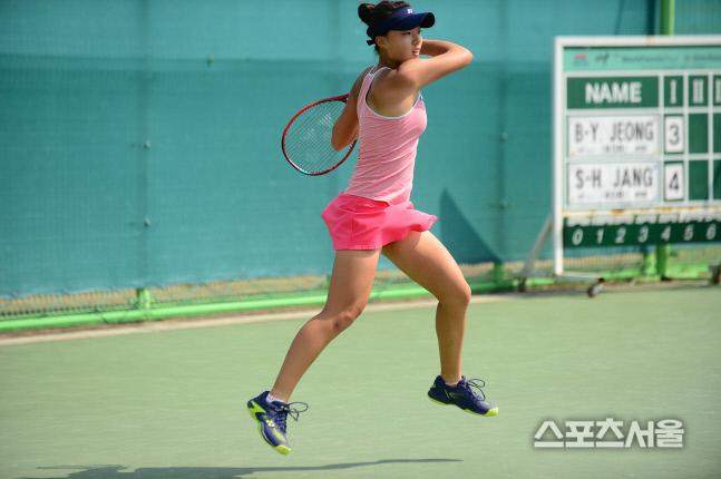 정보영이 지난 4월 2021 국제테니스연맹(ITF) 김천 국제주니어대회 여자단식 결승전에서 장수하(서울 중앙여고)를 상대로 강한 포핸드 스트로크를 구사하고 있다. 대한테니스협회 제공