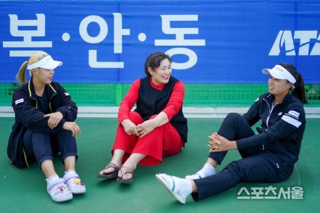 손영자 회장과 자매가 코트에서 허심탄회한 대화를 나누고 있다. 프리랜서 김도원 촬영