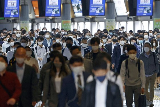 7일 오전 마스크를 쓴 시민들이 일본 도쿄 시내 지하철역을 지나고 있다. 일본 정부는 11일까지로 예정됐던 도쿄 등의 긴급사태를 31일까지 연장한다. [AP=연합뉴스]