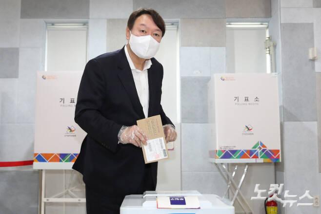 윤석열 전 검찰총장이 4·7 재·보궐선거 사전투표 첫날인 2일 오전 서울 서대문구 남가좌1동 주민센터에 마련된 사전투표소에서 투표를 하고 있다. 이한형 기자