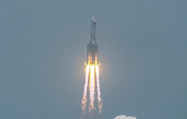 중국이 지난달 29일 우주정거장의 핵심 모듈인 톈허(天和)를 창정 5B 야오(Y) 로켓에 실어 발사하는데 성공한 가운데, 창정 5B 로켓의 잔해가 지구 대기권을 통과해 추락할 수 있다는 우려가 제기됐다. 사진=AFP 연합뉴스