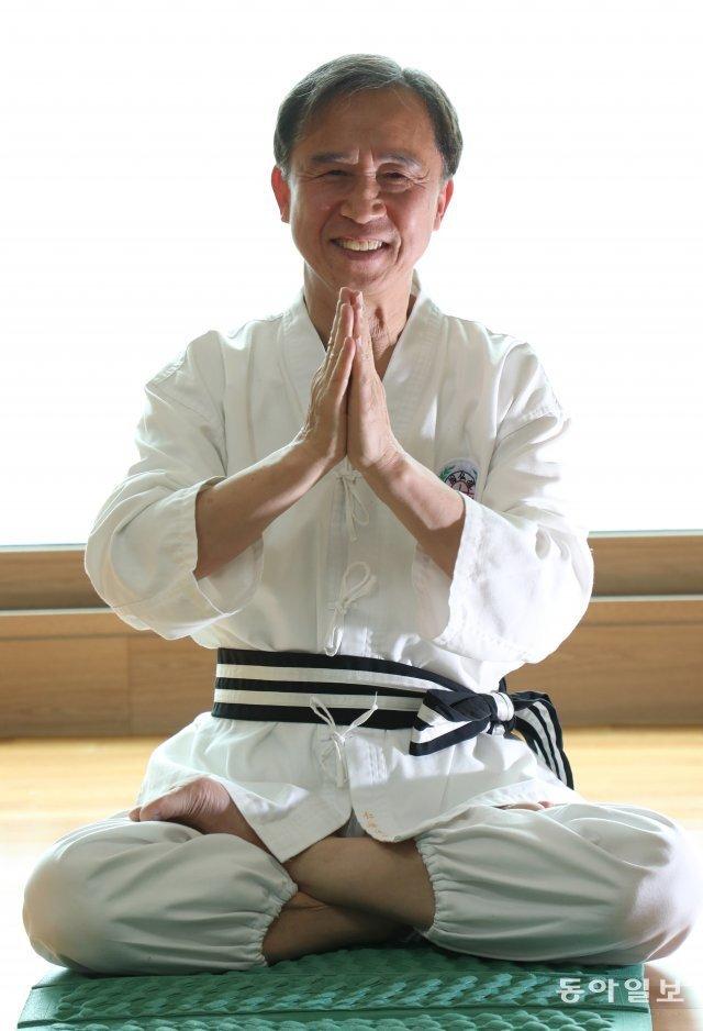 허남정 박사가 서울 송파구 잠실 자택에서 밝게 웃으며 국선도 수련을 하고 있다. 그는 마흔부터 매일 새벽 국선도로 건강을 다지고 있다. 이훈구 기자 ufo@donga.com