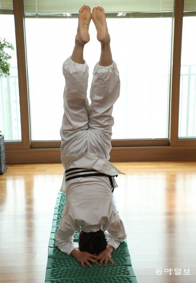 허남정 박사가 서울 송파구 잠실 자택에서 국선도 두좌법 동작을 하고 있다. 그는 이 자세로 몇 시간은 편안하게 있을 수 있다고 했다. 이훈구 기자 ufo@donga.com
