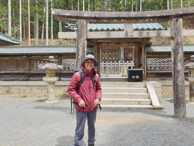 허남정 박사가 2019년 일본을 종단하다 도쿠가와 이에야스 영대 앞에서 포즈를 취했다. 허남정 박사 제공.