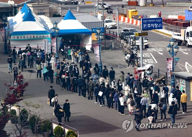 선별진료소 7일 오후 서울역 코로나19 임시선별검사소를 찾은 시민들이 검사를 위해 줄을 서 있다. [연합뉴스 자료사진]