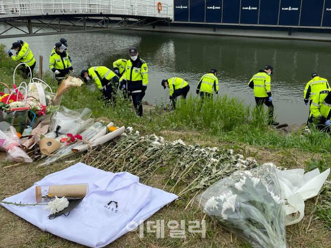 10일 오전 서울경찰청 기동대 소속 경찰관 20여명이 서울 반포한강공원 수상택시 승강장 인근에서 수색 작업을 벌이고 있다. (사진=공지유 기자)