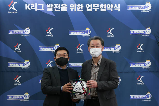 한국프로축구연맹 조연상 사무총장, 블루베리NFT 오성원 대표(오른쪽부터)  사진제공=프로축구연맹