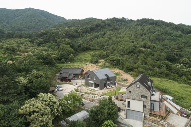 경기 양주시의 산골 마을에 들어선 집은 마치 산에서 굴러내려온 작은 돌멩이처럼 콕 박혀 있다. 이원석 건축사진작가