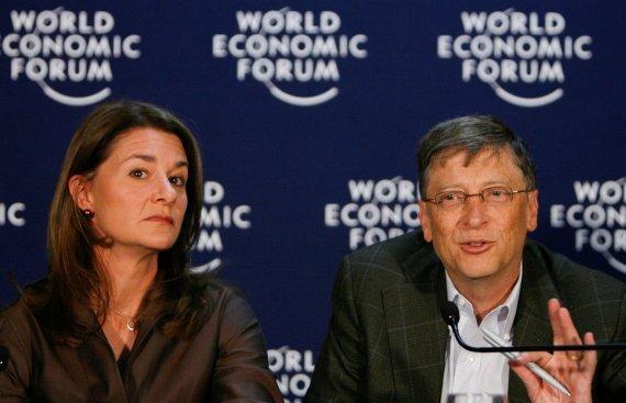 마이크로소프트(MS) 창업주 빌 게이츠(오른쪽)와 부인 멜린다 게이츠가 지난 2009년 1월 다보스 세계경제포럼(WEF)에 참석하고 있다. 뉴스1